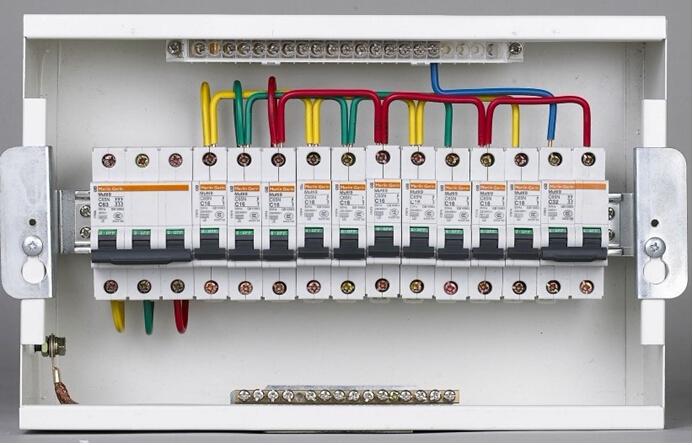 应按防火分区设置末端双电源自动切换应急照明配电箱