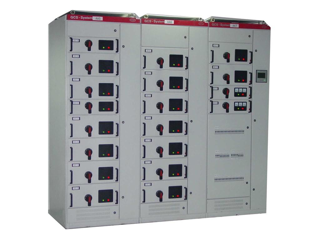五、宇轩低压成套开关柜产品特点 1. 本产品符合IEC439国际标准,美国电气制造商协会NEMA标准及ZBK36001-89国家专业标准 。 2. 在PC方案中,具有3150A以下受电、母联、馈电等功能,选用国产CW1,HSW1、AH型等断路器或进出口ABB公司,schneider公司等智能型断路器,作为主开关,操作方便,安全可靠。 3.