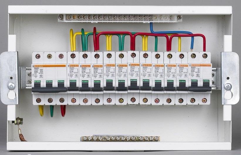 消防配电箱的规定 1 当建筑物消防用电负荷为一级,且采用交流电源供电时,宜由主电源和应急电源提供双电源,并以树干式或放射式供电。应按防火分区设置末端双电源自动切换消防应急照明配电箱,提供该分区内的备用照明和疏散照明电源。 当采用集中蓄电池或灯具内附电池组时,宜由双电源中的应急电源提供专用回路采用树干式供电,并按防火分区设置消防应急照明配电箱。 2 当消防用电负荷为二级并采用交流电源供电时,宜采用双回线路树干式供电,并按防火分区设置自动切换应急照明配电箱。当采用集中蓄电池或灯具内附电池组时,可由单回线路树干